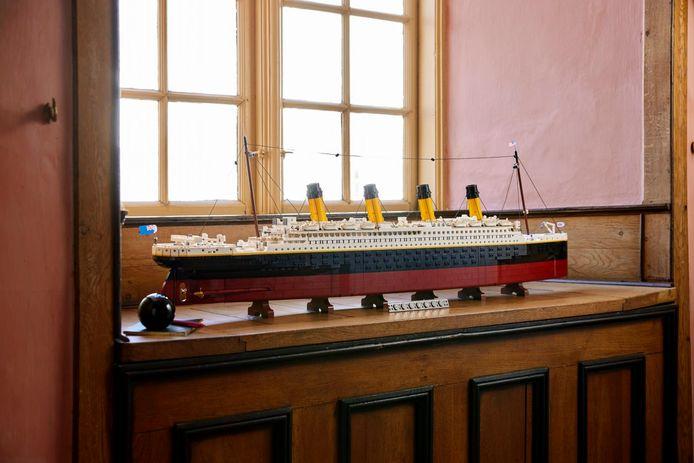 De Titanic vanaf de zijkant.