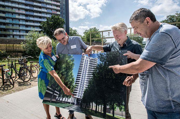 Desiree Curfs (Roozen Van Hoppe), architect Michal Bernaciak, ontwikkelaar Hendrik Roozen en omwonende Antoon Bergmans bestuderen een impressie van de woontoren, die ongeveer recht achter hun komt te staan.