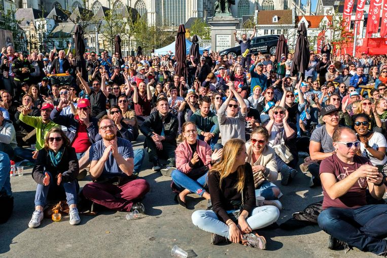 Een massa volk ziet Philippe Gilbert winnen in het fandorp op de Groenplaats.