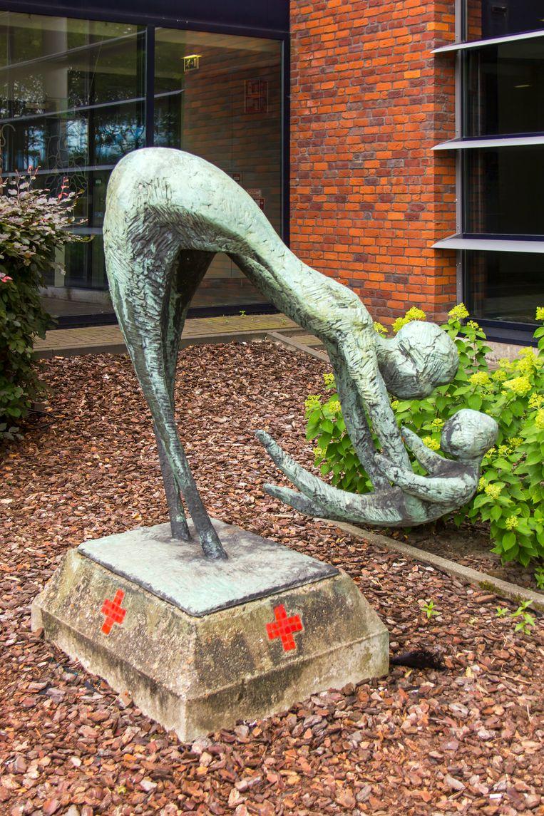 'Olga' uit Turks fruit stond ook model voor dit bronzen beeld van moeder en kind. Beeld Sander Groen