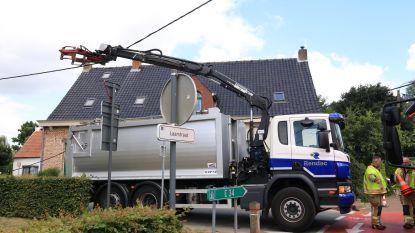 Vrachtwagen rukt elektriciteitskabels af