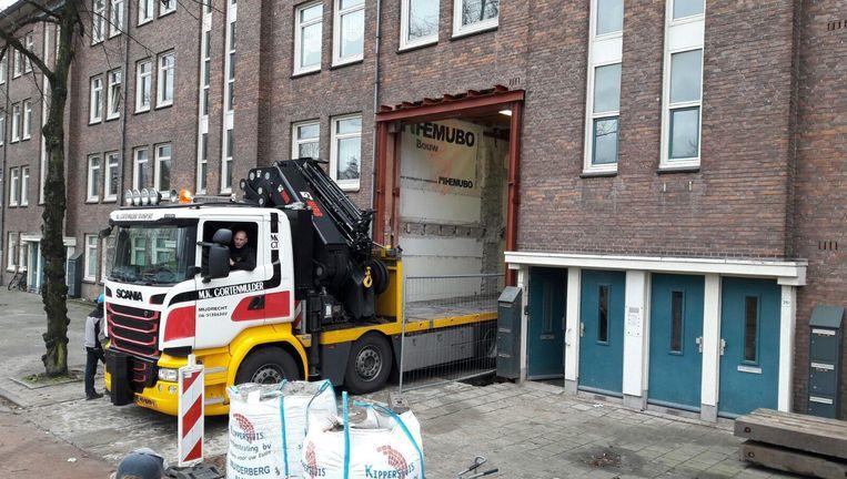 Een vrachtwagen rijdt dwars door de gevel van een portiekwoning in Bos en Lommer. Beeld YMERE