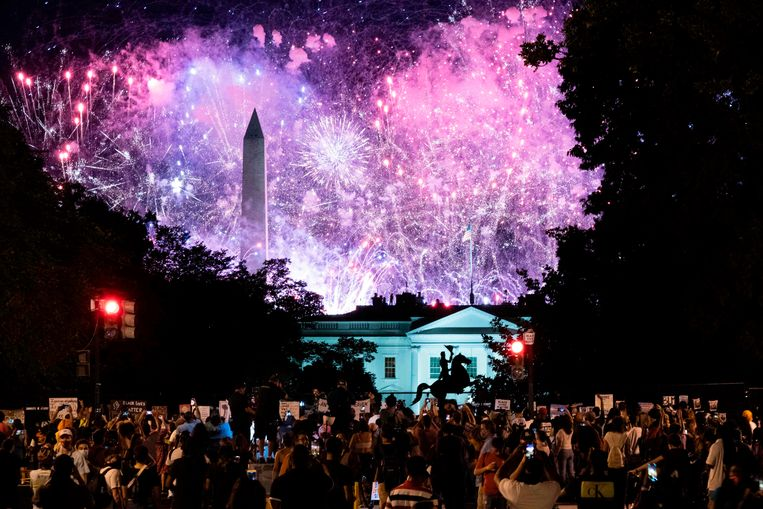 Vuurwerk en protest in Washington bij de nominatie van Trump als Republikeinse presidentskandidaat.  Beeld AFP / Jose Luis Magana
