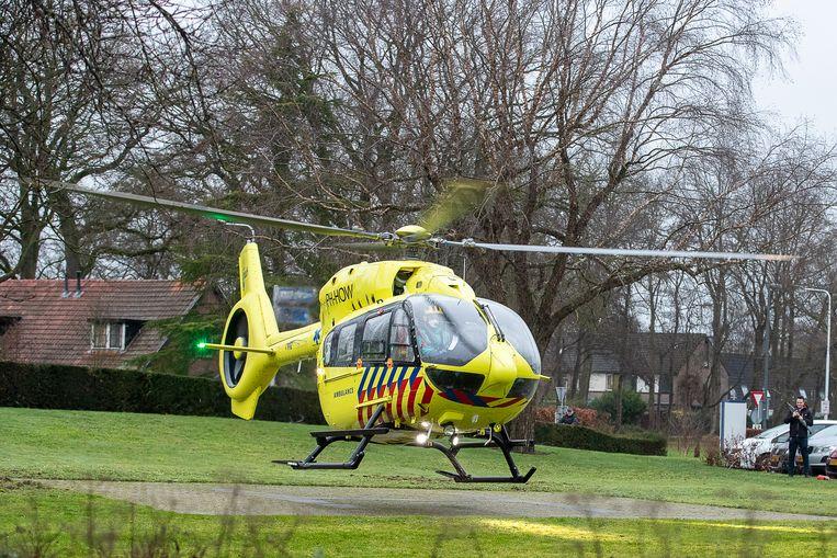 Een patiënt die met een coronabesmetting op de ic ligt wordt enkele dagen voor Kerst vanuit het ziekenhuis in Almelo naar Duitsland vervoerd. Beeld BSR Agency