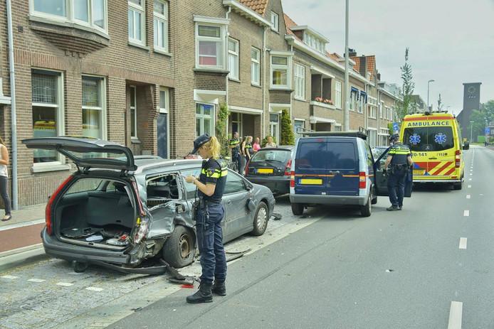 In totaal raakten drie geparkeerde voertuigen beschadigd door de aanrijding van het bestelbusje.