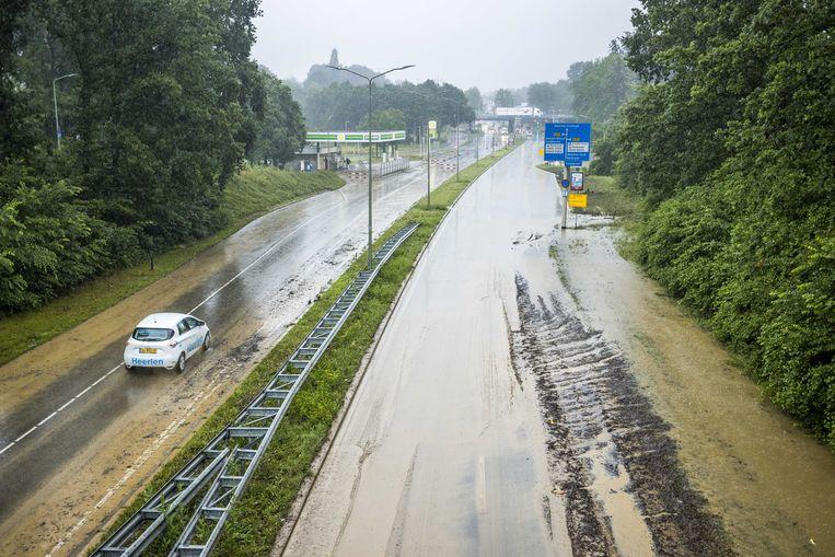 Bij Heerlen is de A79 door de zware regen ondergelopen. Beeld Marcel van Hoorn / ANP