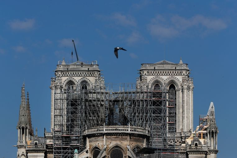 Een groot deel van het dak van de Notre-Dame werd maandagavond vernield door een brand.  Beeld AP