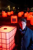 Burgemeester Paul Depla bij het lichtkunstwerk aan de Speelhuislaan.