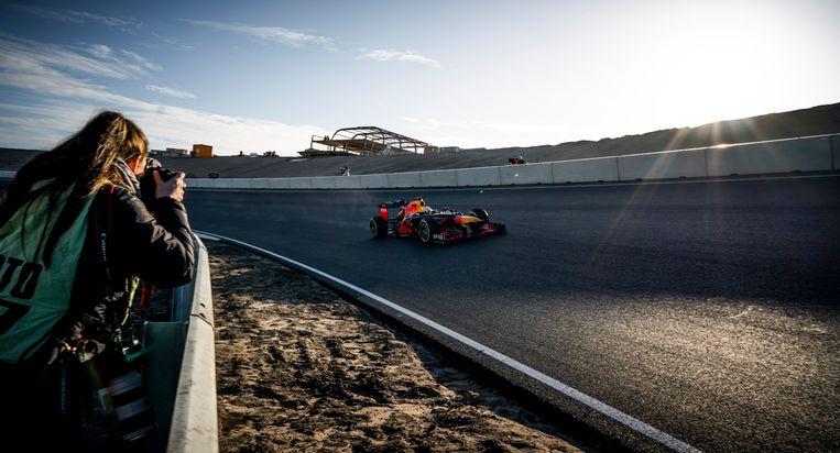 Max Verstappen rijdt het eerste officiele rondje op het vernieuwde circuit van Zandvoort in een Red Bull RB8.  Beeld