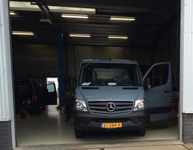 De bus van Cochius, een Mercedes Sprinter.