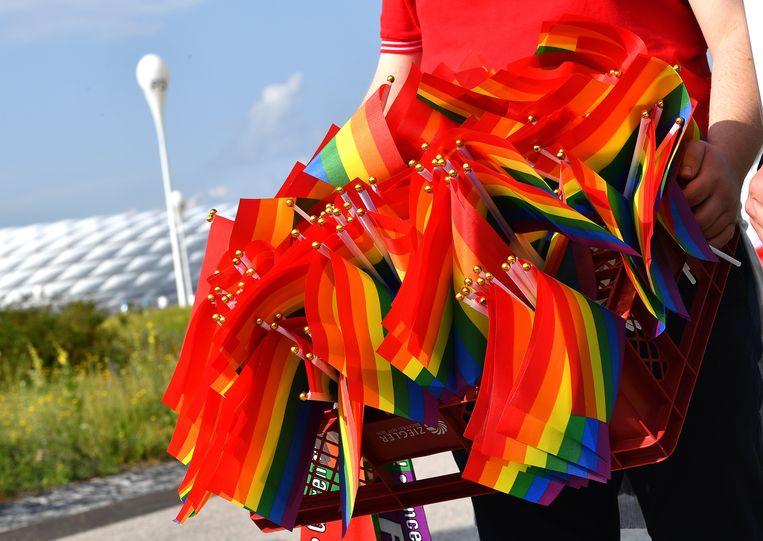 Vlaggen worden uitgedeeld aan het voetbalstadion in München. Beeld EPA