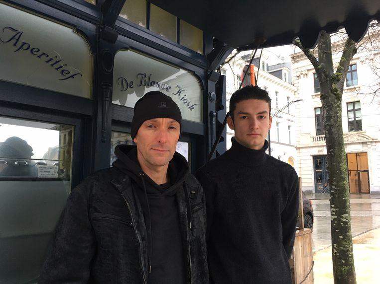 Peter en zijn zoon Xaino (rechts) aan de Blauwe Kiosk op de Kouter.