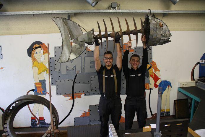 Stein (links) en Jop met een deel van hun kunstwerk.