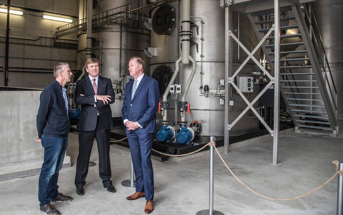 De koning bewondert de slimme milieutechniek bij CNC in Milsbeek.
