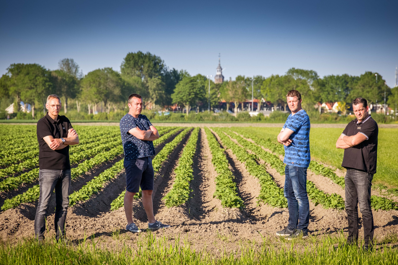 Zo dicht bij Blokzijl willen an Bron, Henyo Nijdam, Jurriën Plantinga en Roelof Kruithof (vlnr) geen zonnepark en ze weten zich gesteund door enkele honderden Blokzieligers.