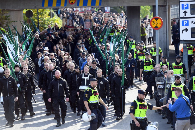 Onder politiebegeleiding marcheert de NMR in het begin nog rustig door Gotenburg Beeld EPA