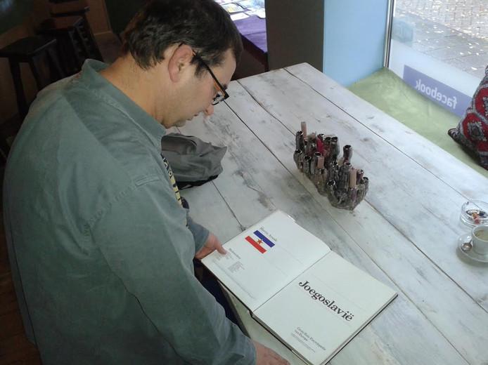 In het café liggen vele boeken over het geboorteland van Ivo.