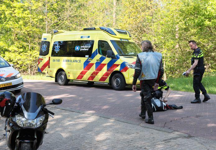 Een motorrijder is in Beerze gewond geraakt nadat hij in een bocht in aanrijding kwam met een auto.