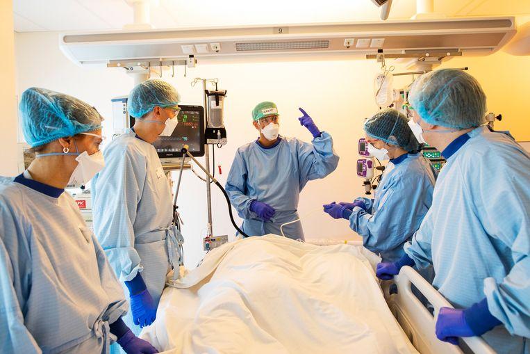 Gemiddeld zijn patiënten op de verpleegafdelingen nu tussen de 63 en 64 jaar oud, vijf jaar jonger dan tijdens de afgelopen wintermaanden. Beeld Marc Driessen