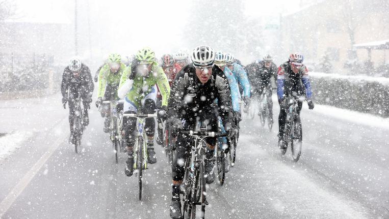 Een beeld uit Milaan-Sanremo van vorige zondag, waar de winter ook ongenadig hard toesloeg. Beeld BELGA