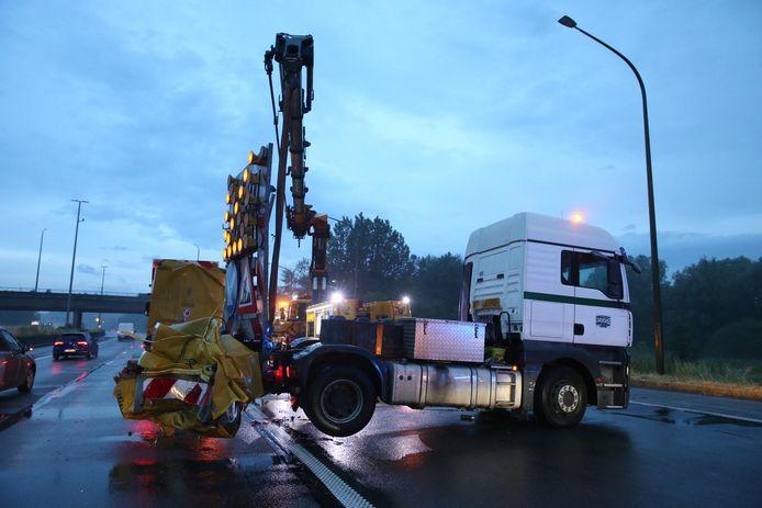 Een vrachtwagen botste ter hoogte van de werken in Brasschaat tegen een botsabsorbeerder.
