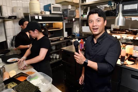 JimJin swingt niet alleen in de keuken, maar bezingt ook zijn gerechten. Zijn nummer 100.000 smaken is uitgebracht bij het Nijkerkse label Rood Hit Blauw.