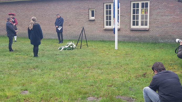 Vader en dochter Bohnenn waren twee minuten stil voor opa en overgrootvader Herman Alers en alle andere slachtoffers in de kampen.