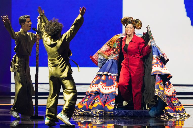 Manizha (r) zingt 'Russian Woman' tijdens de eerste halve finale van het Eurovisiesongfestival. Beeld BrunoPress