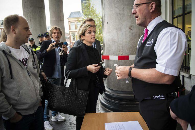 Jenny Douwes komt aan bij het gerechtshof in Leeuwarden. Beeld ANP
