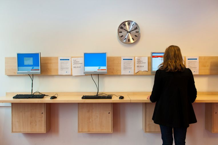 Een jonge vrouw bekijkt vacatures bij het UWV Werkplein in Den Haag. Beeld ANP XTRA / Roos Koole