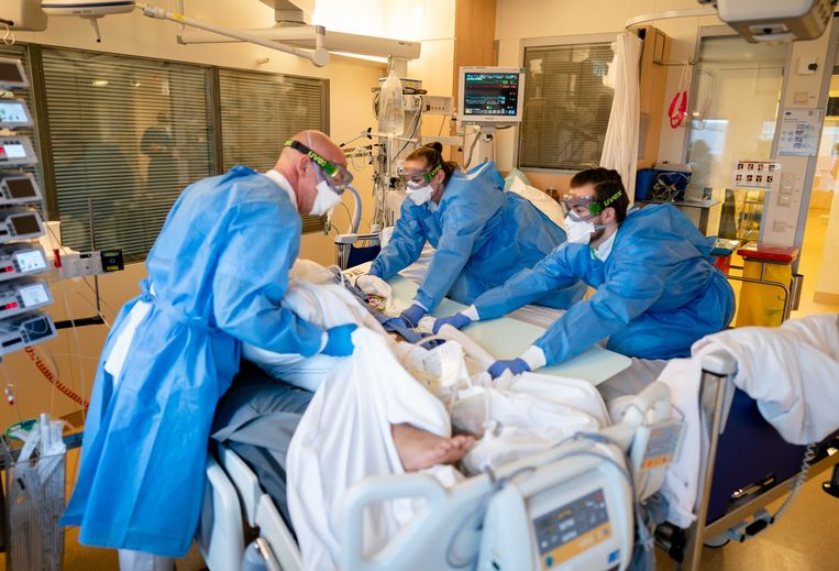 Medewerkers op de speciale covid-ic-afdeling in het Leids Universitair Medisch Centrum (LUMC). Doordat het aantal covid-patiënten op de ic's blijft toenemen, komen reguliere operaties in de knel. Beeld ANP