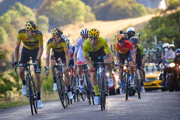 Tom Dumoulin (links), Sepp Kuss (tweede van links) en geletruidrager Primoz Roglic bepalen het tempo op de Grand Colombier in rit 15 van de Tour de France. Beeld Photo News