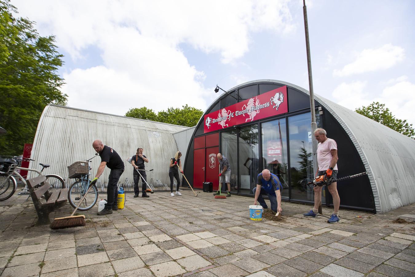 In het kader van NL Doet werd er dit voorjaar nog flink geklust door de leden van Den Ham FC Twente madness. Het pand ligt er uitstekend onderhouden bij. Maar de huurinkomsten liepen terug door corona. Twenterand wil niet bijpassen.