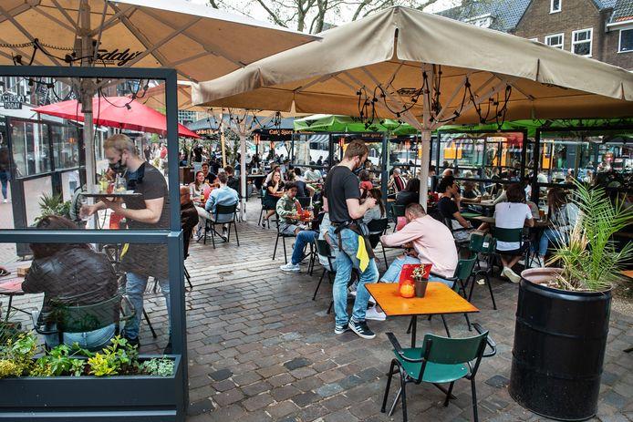 Nijmegen, 09-05-2021.  - Terrassen weer open, Koningsplein   Foto: Bert Beelen   Dgfoto