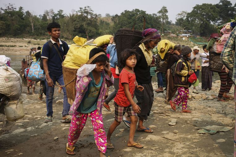 Leden van de Kachin op de vlucht voor het geweld tussen het staatsleger en de Kachin Independence Organisation, nabij Myitkyina. Beeld AFP