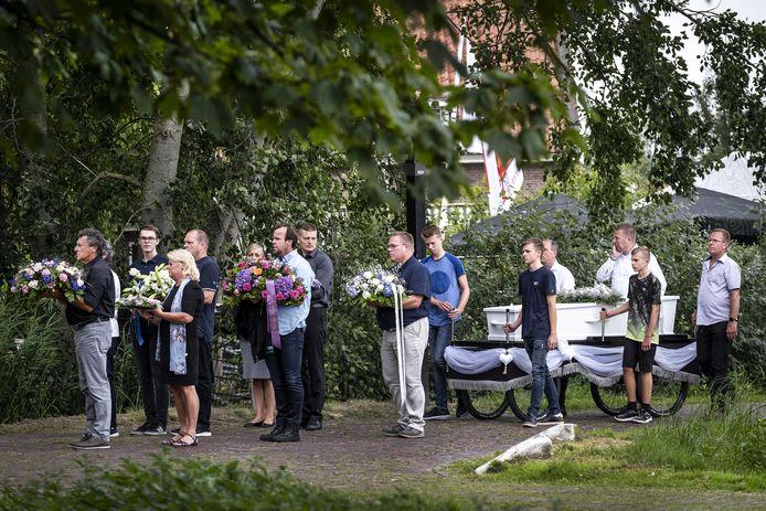 De nabestaande en de kist met het lichaam van de 15-jarige Tamar uit Marken tijdens de uitvaart.