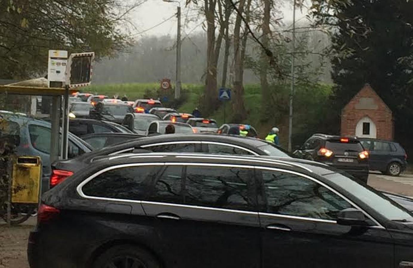 Drukte ter hoogtre van de Bosberg en de Waversesteenweg in Meldert. De auto's staan ook op de fietspaden, wat problemen geeft voor zwakke weggebruikers.