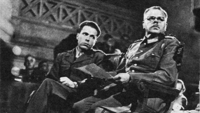 De Duitse generaal Anton Dostler werd in 1945 ter dood veroordeeld in het Italiaanse Caserta. Albert O. Hirschmann (links) stond hem bij als tolk. Beeld Judith Baas