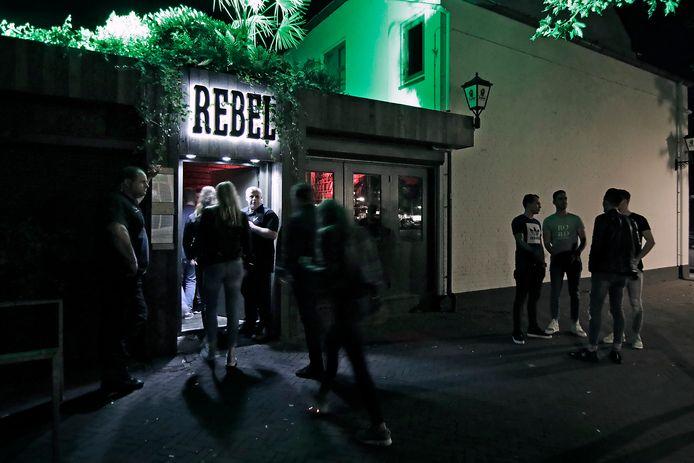 Wachtende jeugd bij café Rebel in Oss. Eigenaar Sigi van Doorn baalt van de strengere maatregelen. Archieffoto: Peter van Huijkelom