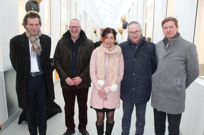 Directrice Sandra De Buyser (midden) geflankeerd door onder meer burgemeester Eddie De Block en schepen Steven Elpers.