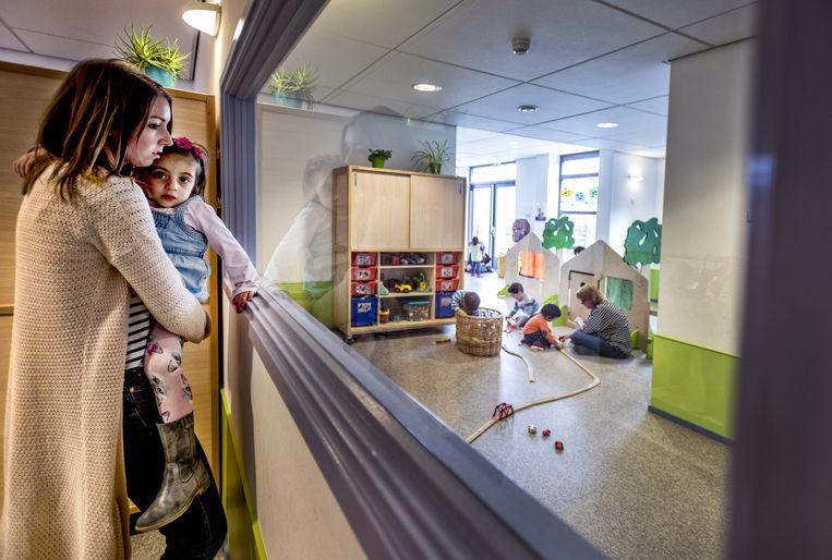 Ook kwam er in kinderdagverblijf Plukkebol een nieuw raam tussen twee ruimten, zodat medewerkers van verschillende groepen elkaar kunnen zien. Beeld Raymond Rutting / de Volkskrant