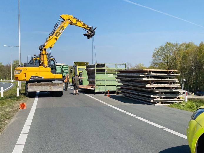 De afgevallen lading wordt van de toerit naar de A73 gehaald.