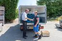 Bart Schoonebeek (r) van Boerschappen uit Breda en Kees Hamelink sluiten de deal.