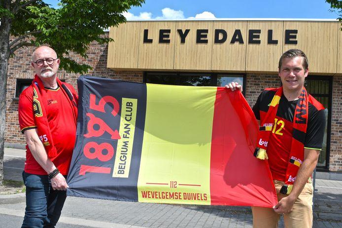 Ook in zaal Leyedaele wordt het EK op groot scherm getoond. Initiatiefnemers Benoît Verstraete (rechts) en Jan Declercq.