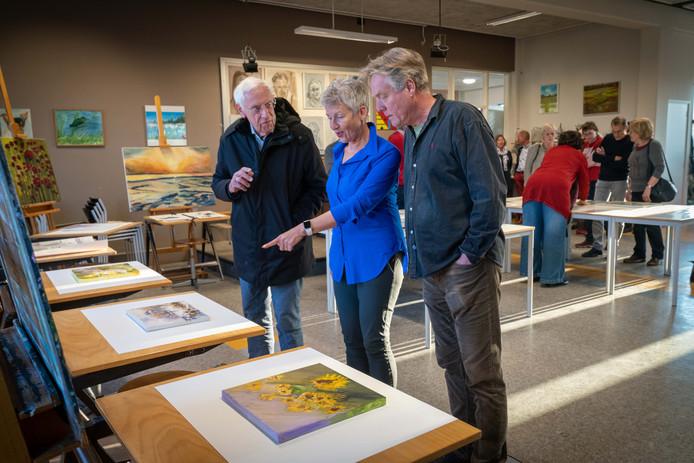 Docent Bart Elfrink (rechts) met twee cursisten van de Open Academie in De Kinkel in Bemmel. Docenten en cursisten werken aan een doorstart nu de Open Academie de handen van het volwassenenonderwijs af trekt.