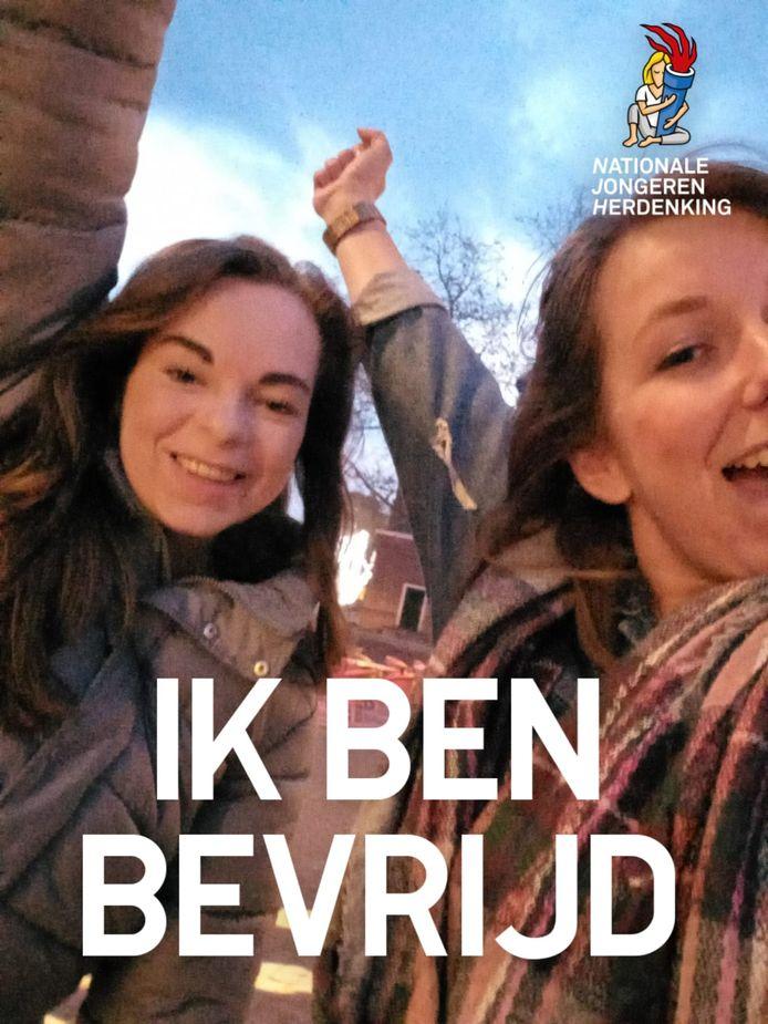 Twee deelnemers aan de escaperoute bewijzen met hun overwinningsselfie dat ze deze voltooid hebben. Nationale Jongerenherdenking Roosendaal 2021
