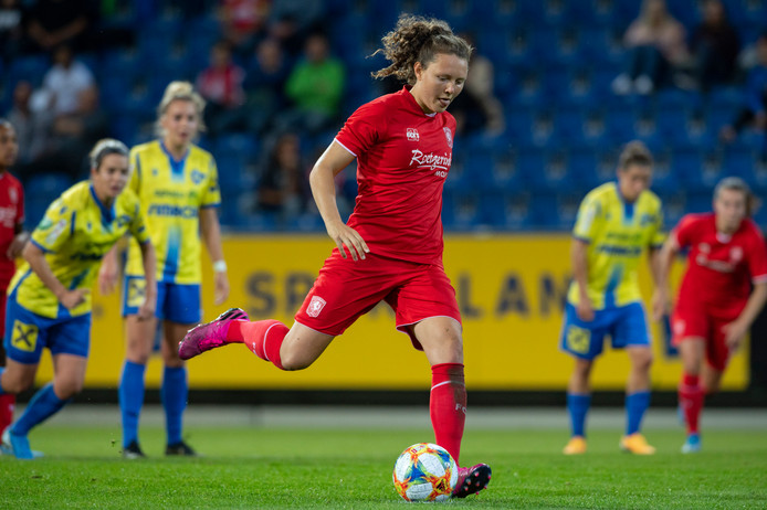 Fenna Kalma scoorde na 28 minuten vanaf de stip de 0-3.