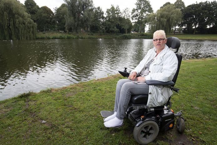 Gerda Kruisdijk werd gered door twee vissers nadat ze met haar rolstoel in het water was gevallen.