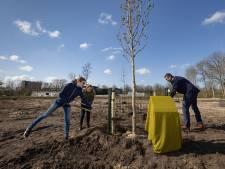 Anne (11) en Anne (11) planten 'vrijheidsboom' Anne Frank in Kampen