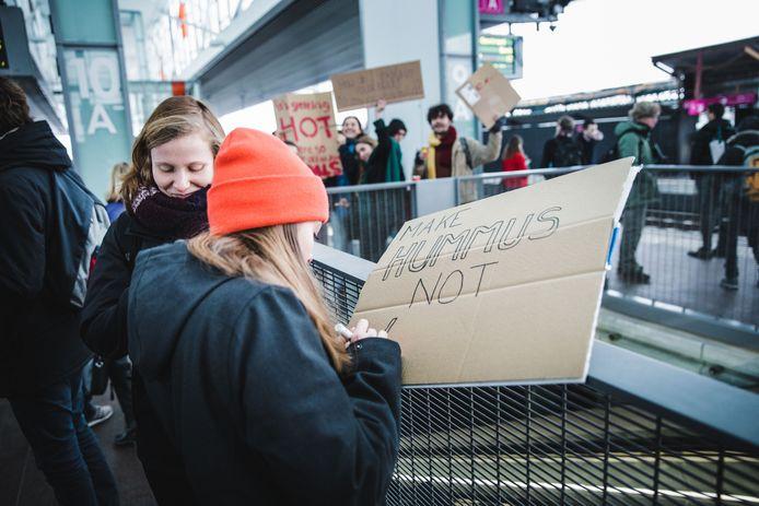 jongeren in het Sint-Pietersstation onderweg naar de vierde klimaatmars